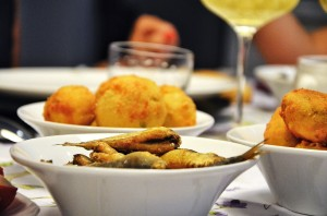 Fried sardines and cod meatballs as appetizers - Sardine fritte e frittelle di merluzzo come aperitivo